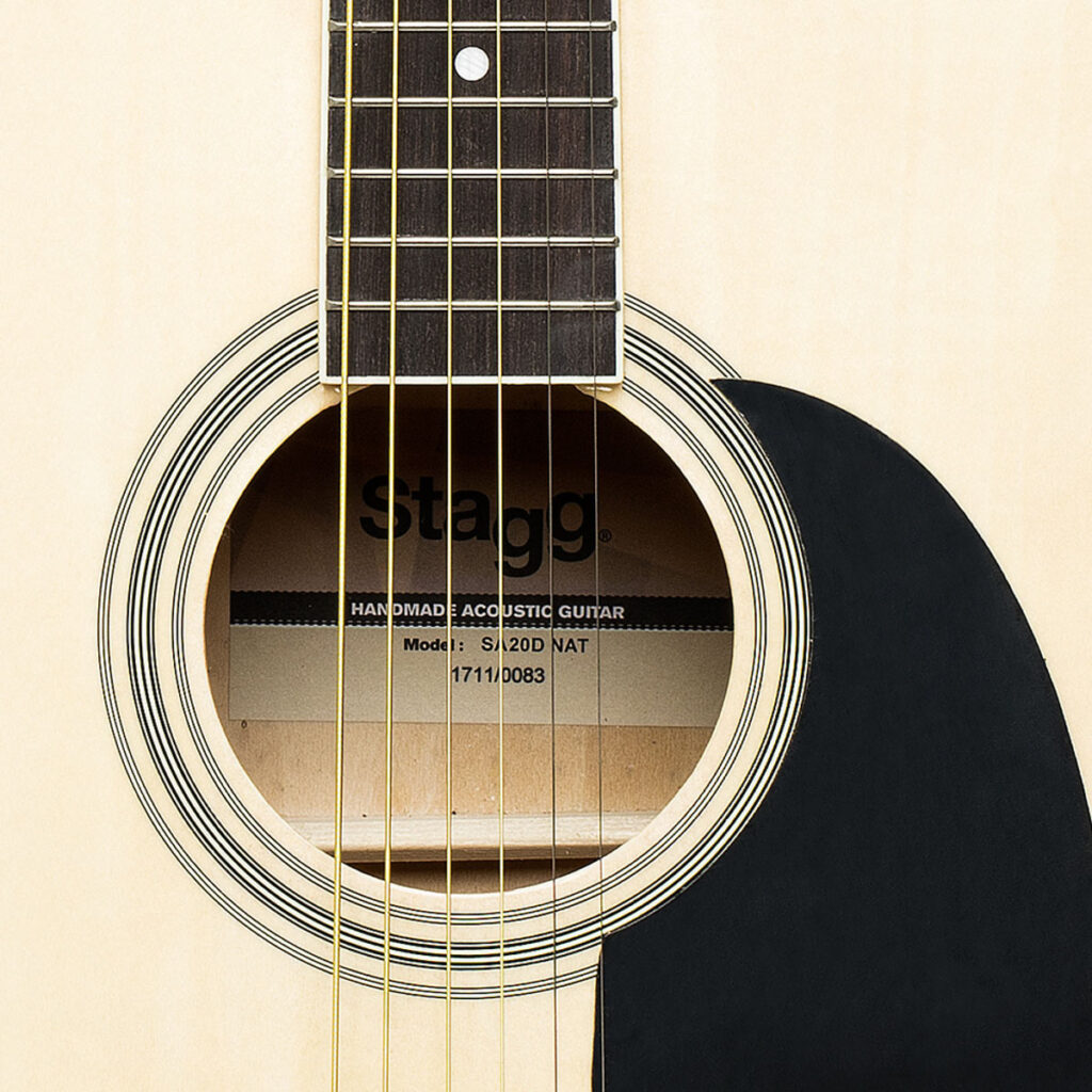 akustická kytara typu Dreadnought