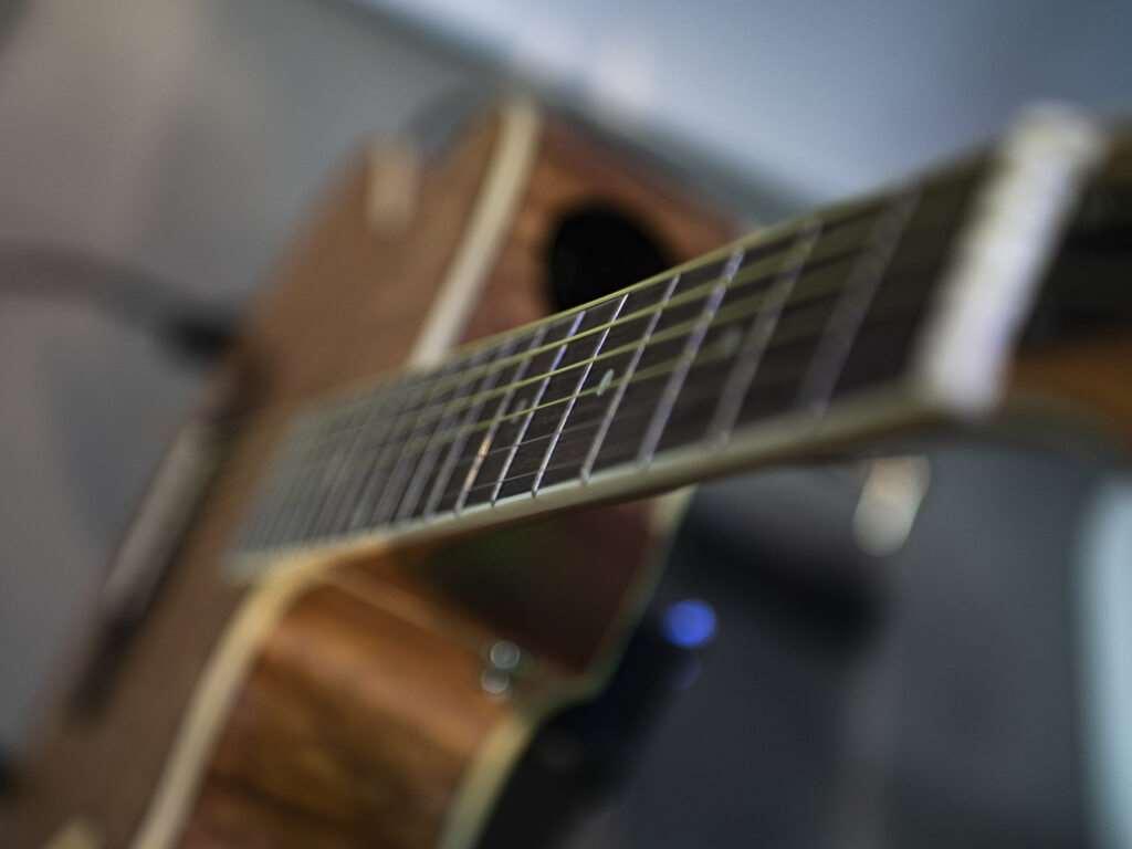 elektroakustická kytara typu Folk